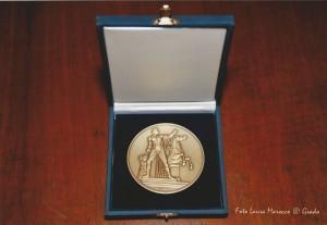 Medaglia del Presidente della Repubblica Giorgio Napolitano concessa a Edda Serra per il Premio Nazionale di Poesia Biagio Marin 2014, concesso a Luciano Cecchinel. Medaglia del Presidente della Repubblica